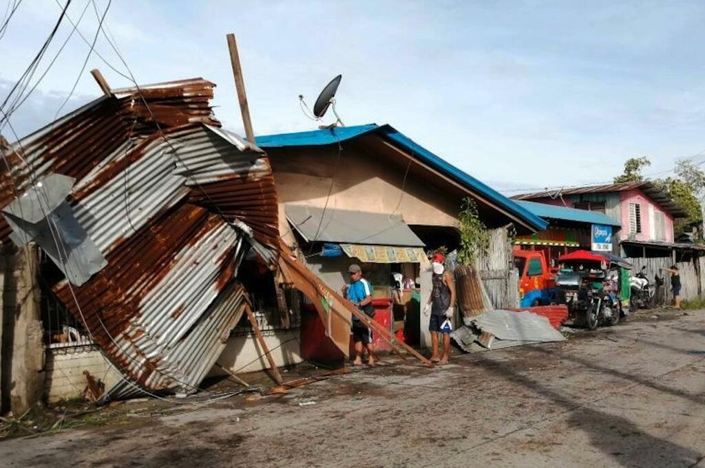 O tufão Phanfone, que atingiu as Filipinas, deixou moradores e turistas isolados.