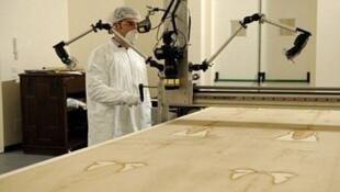 El doctor Pierluigi Baima Bollone estudiando la Síndone de Turín