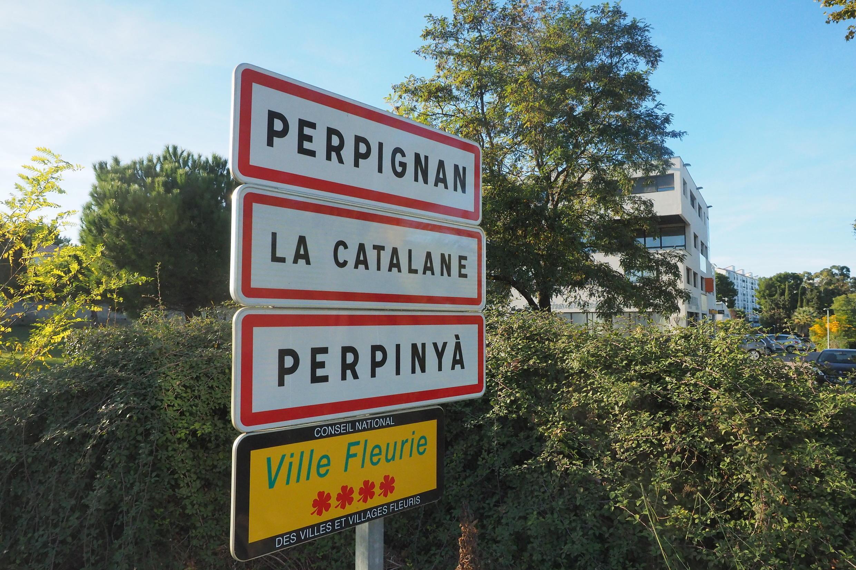Дорожные указатели на французском и каталонском языках в Перпиньяне