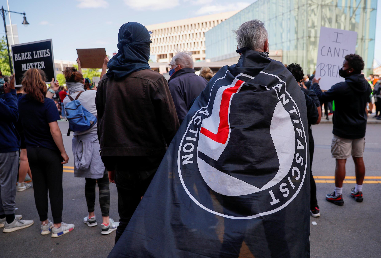 Manifestante com a bandeira antifascista em um protesto em Boston, Massachusetts (Estados Unidos), em 31 de maio de 2020.