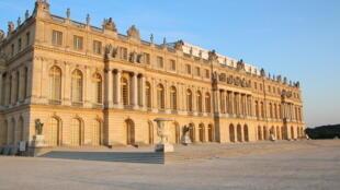 Le créateur coréen, Lee Ufan, expose au château de Versailles, ce lieu chargé d'histoire.