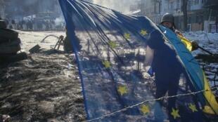Флаги Украины и Евросоюза на баррикаде в Киеве 02/02/2014 (архив)