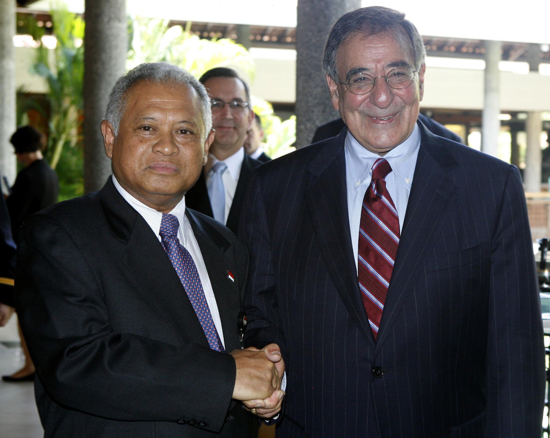 Bộ trưởng Quốc phòng Indonesia (trái) tiếp đồng nhiệm Mỹ Leon Panetta tại Bali, Indonesia, 23/10/2011