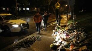 Người dân đặt vòng hoa tưởng niệm các nạn nhân, trước đền thờ Do Thái, ở Pittsburgh, Pennsylvania, Hoa Kỳ, ngày 28/10/2018
