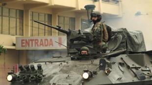 Soldados chilenos patrullan en las calles para prevenir saqueos en Concepción, el 1 de marzo de 2010.