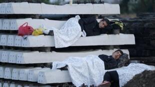 Migrantes descansando en las afueras de una estación de tren de Tovarnik, en Croacia, la mañana del 19 de septiembre.