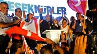 Ersin Tatar célèbre sa victoire électorale dans le nord de Nicosie, à Chypre, le 18 octobre 2020.