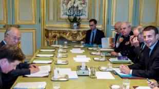 Le président français Emmanuel Macron (d) a rencontré jeudi le chef de l'AIEA Yukiya Amano (2e à gauche).