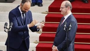 Edouard Philippe na mrithi wake Jean Castex wakati wa kukabidhiana madaraka katika ofisi ya waziri mkuu, Matignon, Julai 3, 2020.