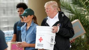 Donald Trump e sua esposa Melania, durante visita a sobreviventes do furacão Harvey em Houston, em 2 de setembro de 2017.