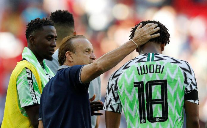 Gernot Rohr en compagnie de joueurs nigérians.