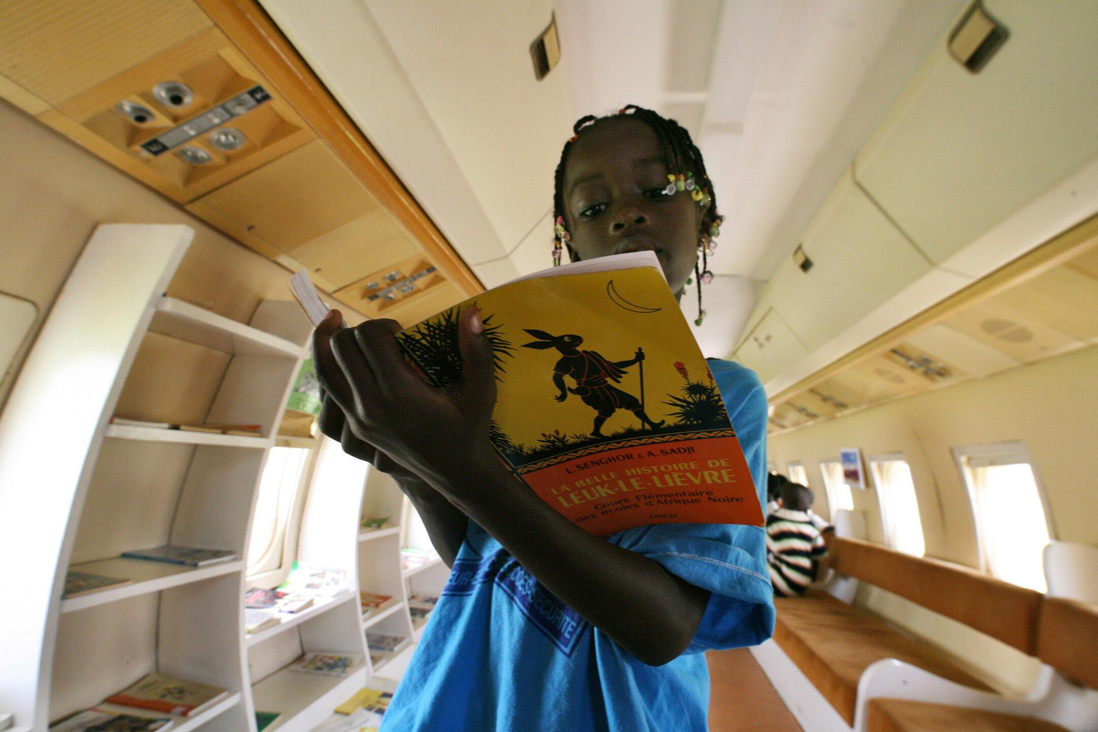 Une jeune fille lit un livre à Abidjan (Photo d'illustration).