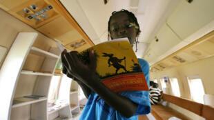 Une jeune fille lit un livre à Abidjan.