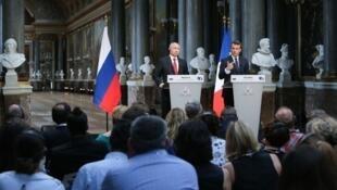 Президенты Эмманюэль Макрон и Владимир Путин в Версальском дворце, 29 мая 2017 года