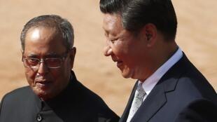 Le président Xi Jinping et son homologue indien Pranab Mukherjee, à New Delhi le 18 septembre 2014.