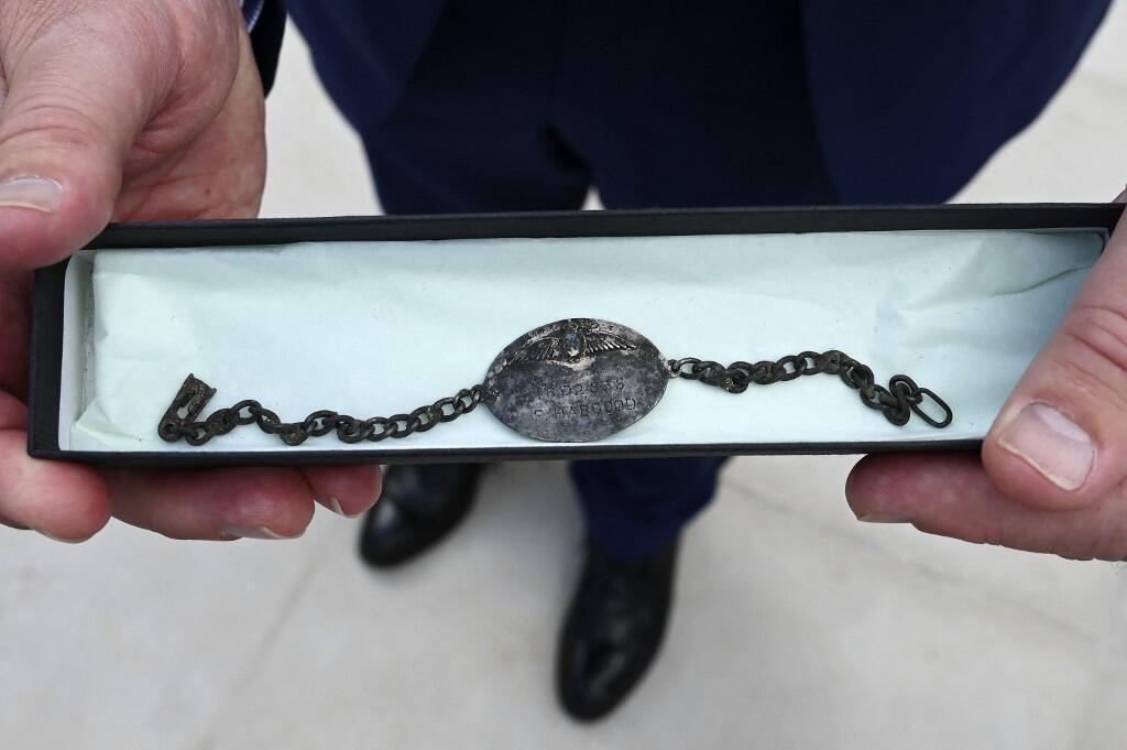 Цепочку казненного в концлагере 21-летнего британского авиатора Фредерика Гарольда Гапгуда, найденную французскими археологами в ходе раскопок, передали 12 сентября 2021 года его племяннику во время памятной церемонии.