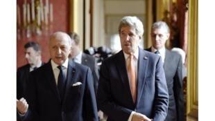 John Kerry (à direita) foi recebido por Laurent Fabius (à esquerda) na sede do Ministério das Relações Exteriores, em Paris.