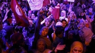 Des milliers de partisans d'Ennahda, le parti islamiste au pouvoir en Tunisie, se sont rassemblés à Tunis ce samedi 3 août pour défendre le gouvernement.