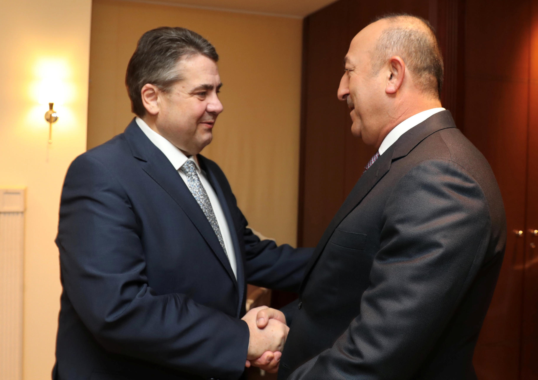 Le ministre allemand des Affaires étrangères Sigmar Gabriel et son homologue turc, Mevlut Cavusoglu, à Berlin, le 8 mars 2017.