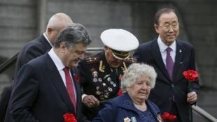 Kiev, le 8 mai 2015. Le président Petro Porochenko, le secrétaire général de l'ONU Ban Ki-moon et deux vétérans visitent le Musée de la Seconde Guerre mondiale.