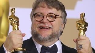 """Guillermo del Toro y los dos Oscar que ganó por """"La forma del agua""""."""