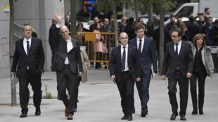 Membros do governo catalão destituído chegam ao Supremo Tribunal da Espanha para prestar depoimento.
