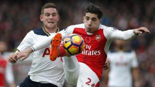 Mesut Ozil đội tuyển Arsenal và Vincent Janssen đôi tuyển Tottenham trong trận đấu ngày 06/11/2016.
