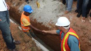 Obras de conexión a la planta de tratamiento de agua potable en Las Mendozas, distrito de La Chorrera, iniciadas recientemente por el gobierno panameño.