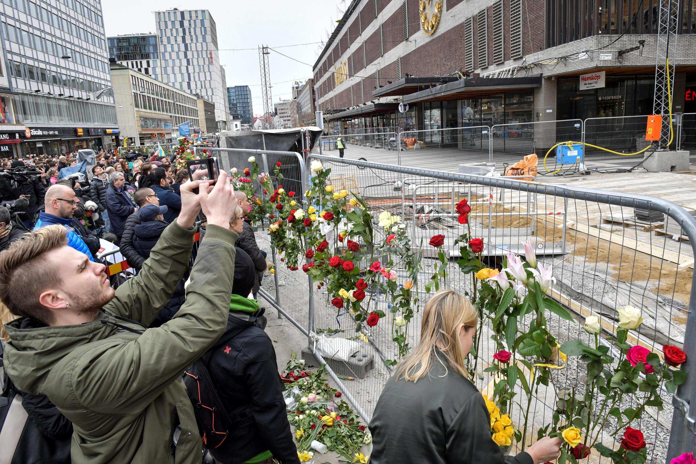 در یورش یک کامیون به عابران در استکهلم شماری کشته و زخمی شدند.