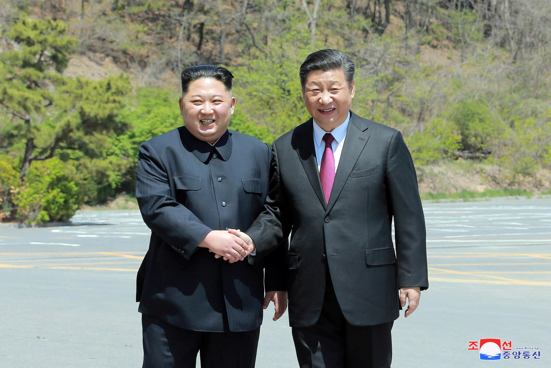 O líder norte-coreano Kim Jong-un ao lado do presidente chinês Xi Jinping, em 9 de maio