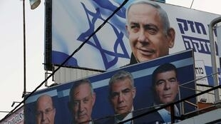 Les deux partis placés en tête dans les sondages aux élections législatives israéliennes du mardi 9 avril : le Likoud, de Benjamin Netanyahu, et le parti Bleu et blanc, de Benny Gantz. À Petah Tikva, Israël, le 7 avril, 2019.