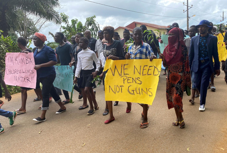 Des élèves, parents et professeurs lors d'une manifestation à Kumba, le 25 octobre 2020, après une attaque meurtrière dans une école dans cette ville du Cameroun anglophone (image d'illustration).