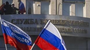 Здание СБУ Луганска, захваченное пророссийскими манифестантами 06/04/2014