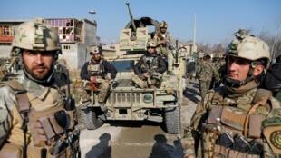 Les forces de sécurité afghanes à proximité du site d'une attaque dans une base aérienne militaire américaine à Bagram, au nord de Kaboul, en Afghanistan, le 11 décembre 2019.