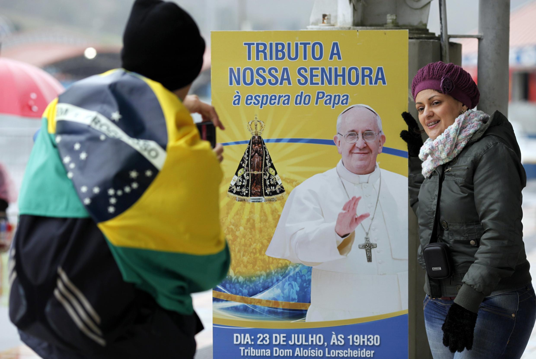 Bango la Kiongozi wa Kanisa Katoliki Duniani Papa Francis likiwa limewekwa katika Mji wa Aparecida