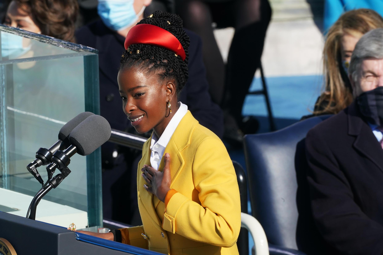 """La joven Amanda Gorman, elegida como la poeta de la investidura del presidente estadounidense Joe Biden, recita su poema """"The Hill We Climb"""" en las escaleras del Capitolio en Washington DC el 20 de enero de 2021"""