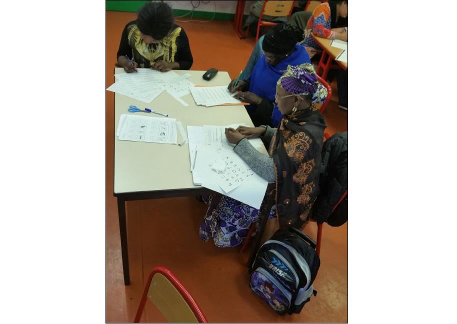 Un atelier pour les parents dans une école du XXème arrondissement de Paris.