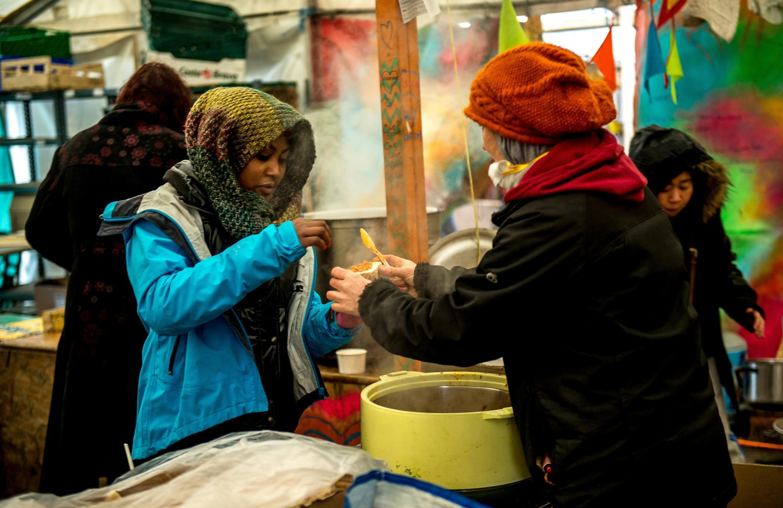Distribution de soupe par des bénévoles dans la Jungle de Calais, le 3 mars 2016.