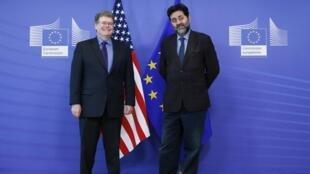 Les chefs négociateurs européen et américain, Ignacio Garcia-Bercero (d) et Dan Mullaney (g), à Bruxelles, le 11 novembre 2013.