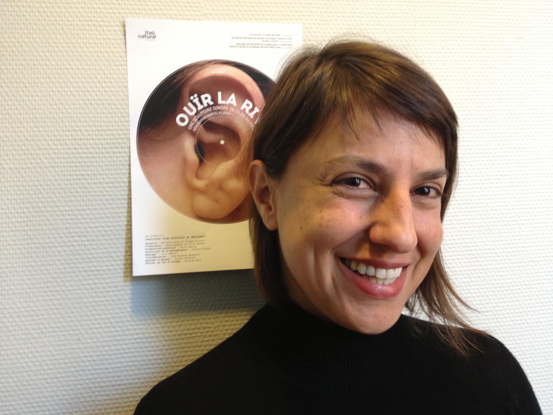 """Marcela Lordy, diretora de """"Ouvir o Rio"""", diante do cartaz francês do filme no festival de Toulouse em 22 de março de 2013."""