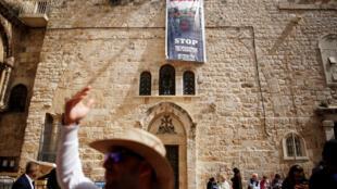 """Các áp-phích trên Nhà thờ Mộ Thánh phản đối việc """"đàn áp"""" Công giáo, ngày 25/02/2018."""