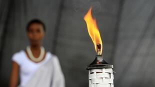 Uma chama no Memorial do Genocidio de Gisozi, em Kigali, marca nesta segunda o início de um luto de cem dias pela data.