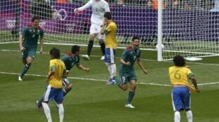Мексиканский футболист Орибе Перальта забивает второй гол в ворота сборной Бразилии в финале олимпиского турнира 11 августа 2012 г.
