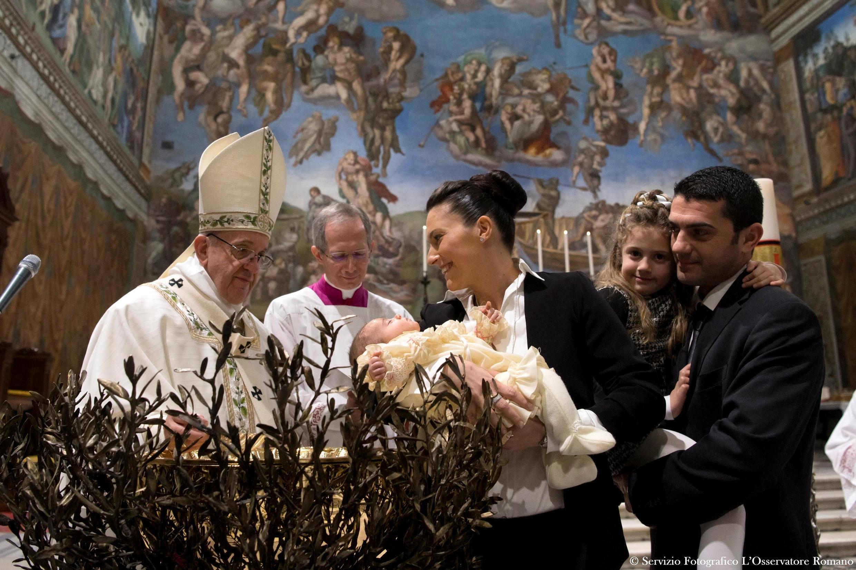 O papa Francisco batizou 28 crianças neste domingo (8), na Capela Sistina.