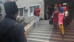 Участницы группы Pussy Riot покидают здание адлерского РОВД 18/02/2014