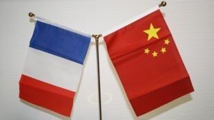 Drapeaux de la France et de la Chine.