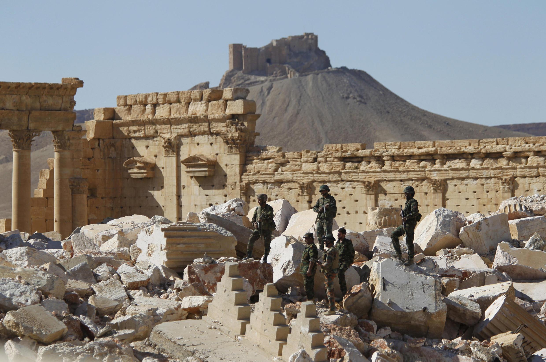 Askari wa Syria wakitazama vifuzi vya Hekalu ya Bel, katika mji wa kale wa Palmyra, April 1, 2016.