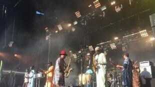 L'Orchestra Baobab en concert samedi 5 août 2017 au festival du Bout du monde à Crozon (Finistère).