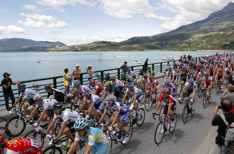 O pelotão durante a etapa entre Gap e Pinerolo, dia 20 de Julho de 2011.