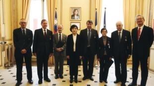 台灣創立文化獎章,首次授勳典禮於2020年2月3日在駐法代表處舉行。鄭麗君部長(左4)與六位得主及吳志中代表合影
